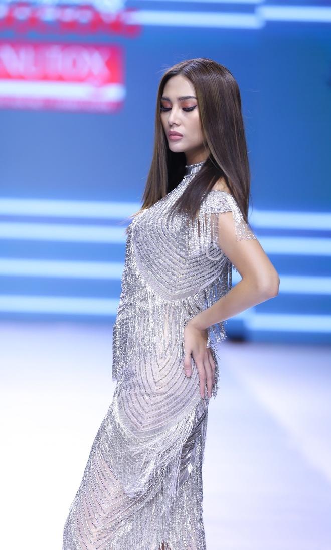 Vo Hoang Yen toa sang voi dam da hoi cua NTK Mai Phuong Trang hinh anh 2