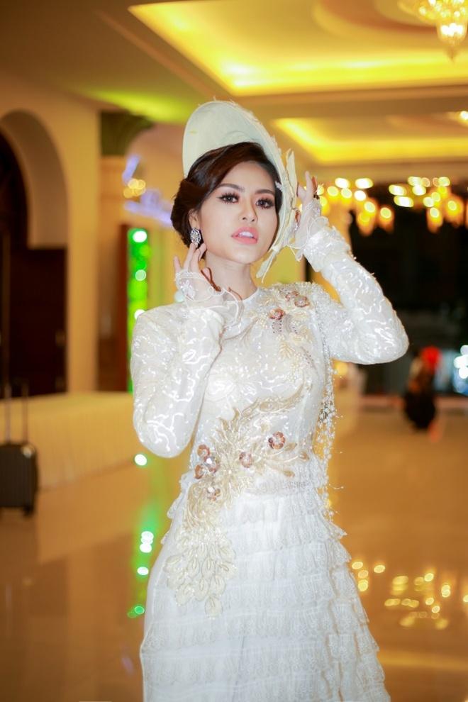 Hoa hau Dy Kha Han 'thoi hon' vao BST cua NTK Ta Linh Nhan hinh anh 3