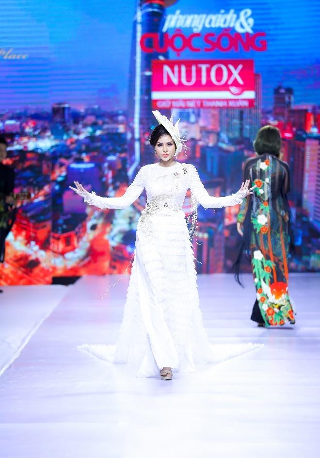 Hoa hau Dy Kha Han 'thoi hon' vao BST cua NTK Ta Linh Nhan hinh anh 4