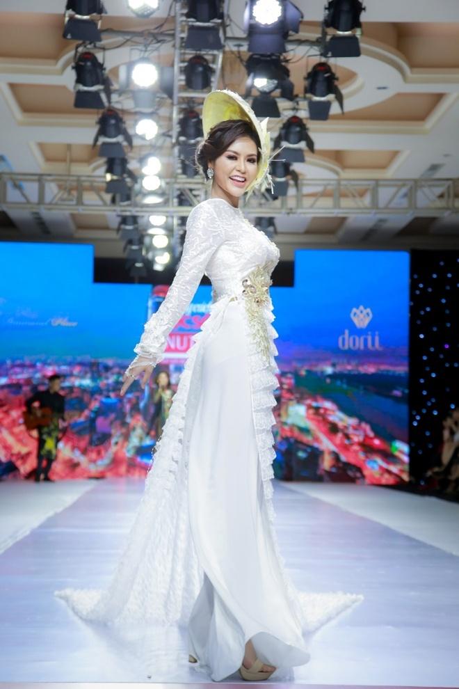 Hoa hau Dy Kha Han 'thoi hon' vao BST cua NTK Ta Linh Nhan hinh anh 5
