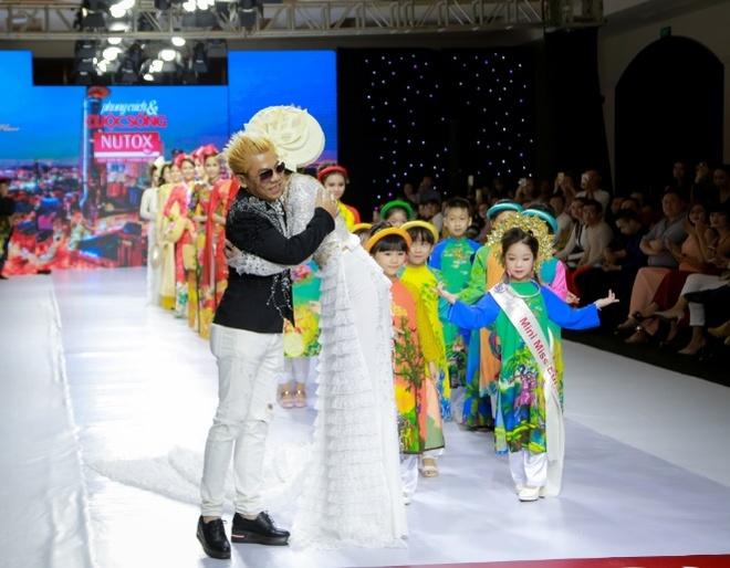 Hoa hậu Dy Khả Hân 'thổi hồn' vào BST của NTK Tạ Linh Nhân
