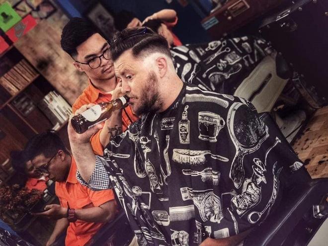 Dong Tay Barbershop cat toc mien phi cho nguoi lao dong ngheo hinh anh 2