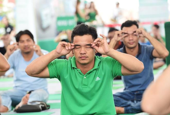 Tai xe duoc huong dan bai tap suc khoe qua gan 100 chuong trinh hinh anh