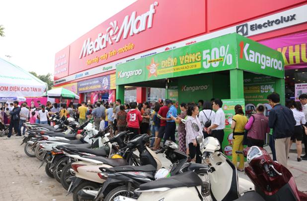 Người tiêu dùng xếp hàng dài chờ mua sắm tại MediaMart mới khai trương