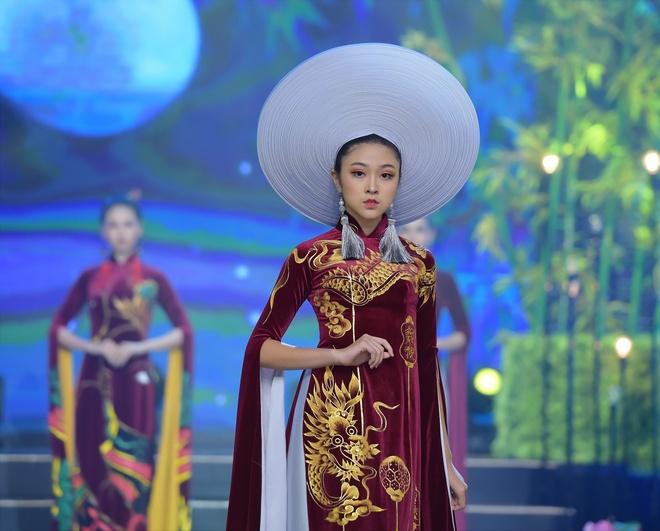 Người mẫu teen Bảo Nguyên mở màn BST Vũ điệu Đông Hồ