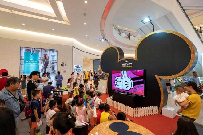 Gap go va selfie cung Mickey - Minnie tai Crescent Mall hinh anh 3