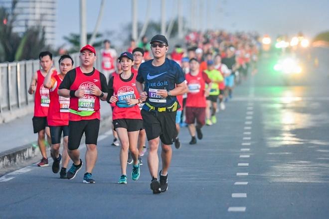Hon 8.500 VDV tham gia giai Marathon Quoc te TP.HCM Techcombank 2018 hinh anh