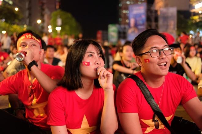CDV Sai Gon xem ban ket AFF Cup qua man hinh lon tren pho Nguyen Hue hinh anh 4