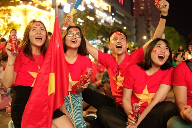 CDV Sai Gon xem ban ket AFF Cup qua man hinh lon tren pho Nguyen Hue hinh anh