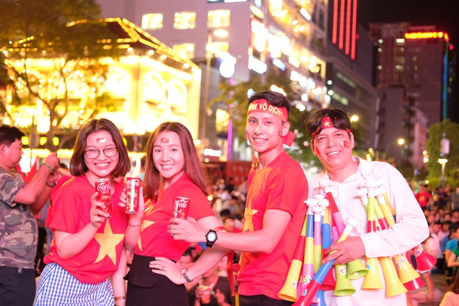 CDV Sai Gon xem ban ket AFF Cup qua man hinh lon tren pho Nguyen Hue hinh anh 3
