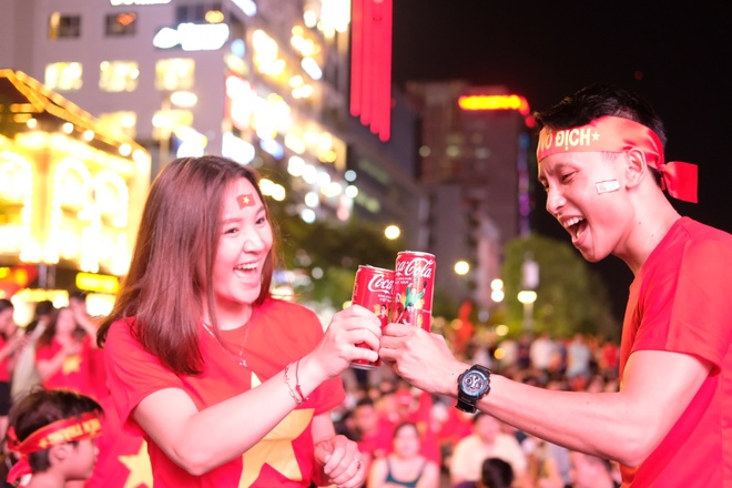 CDV Sai Gon xem ban ket AFF Cup qua man hinh lon tren pho Nguyen Hue hinh anh 7