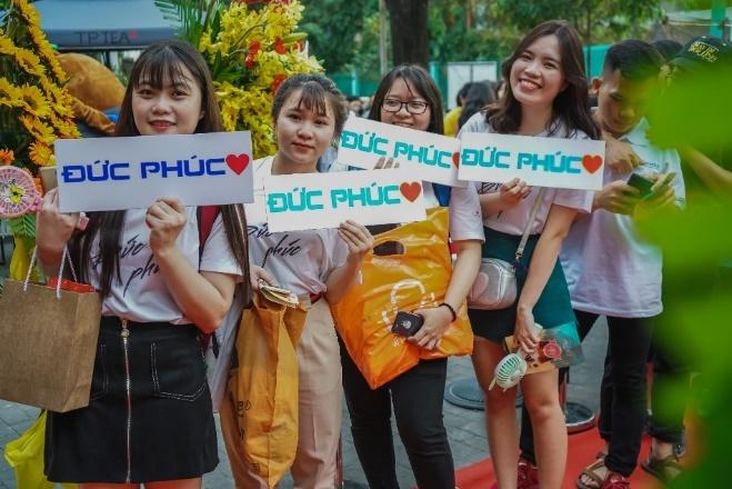 Duc Phuc 'quay' het minh tai su kien khai truong chi nhanh moi TP Tea hinh anh 3