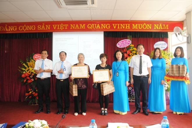 EVN Hanoi sua chua va lap dat den dien mien phi cho 2.100 ho dan ngheo hinh anh 3
