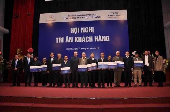 EVN Hanoi sua chua va lap dat den dien mien phi cho 2.100 ho dan ngheo hinh anh 2