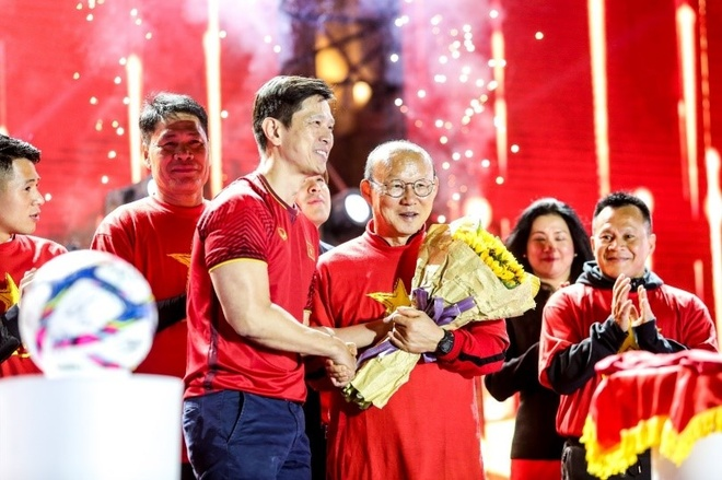 Hang nghin fan tuc cau uong mung thay tro Park Hang-seo hinh anh 1