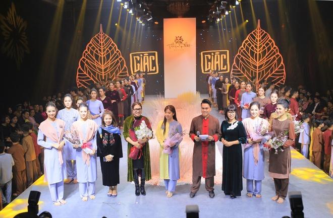 Hong Que, Thien Huong tinh te trong trang phuc Thien Phat Design hinh anh 1