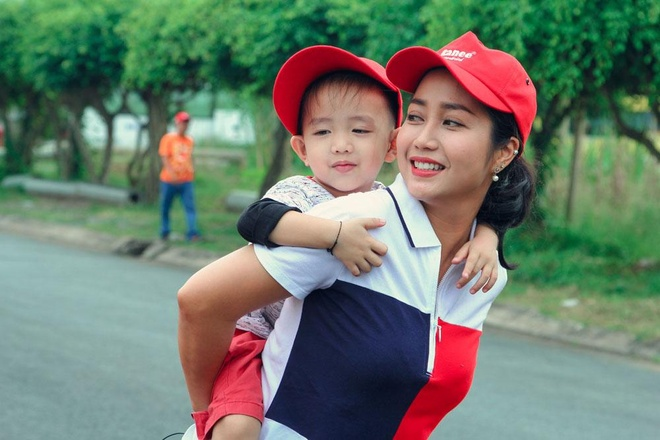 Oc Thanh Van hao hung tham quan day chuyen san xuat dau an tu ca hinh anh
