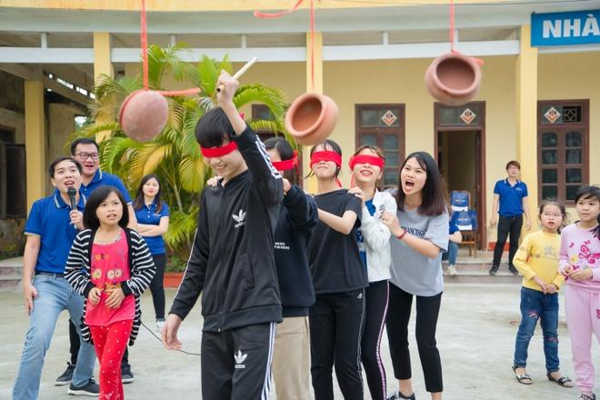 TMV Ngoc Dung tang qua tre em mo coi tai Trung tam xa hoi Ha Nam hinh anh