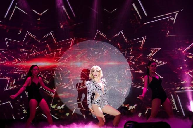 Huyen Baby 'dung hang' Lady Gaga, Gigi Hadid trong mau vay anh kim hinh anh 8