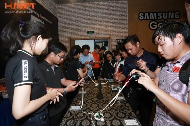 200 don dat hang Samsung Galaxy S10 tai buoi offline cua HNam Mobile hinh anh 5
