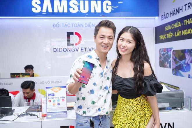 Ca si Dang Khoi dat mua Galaxy S10 Plus tang vo ngay 8/3 hinh anh 1