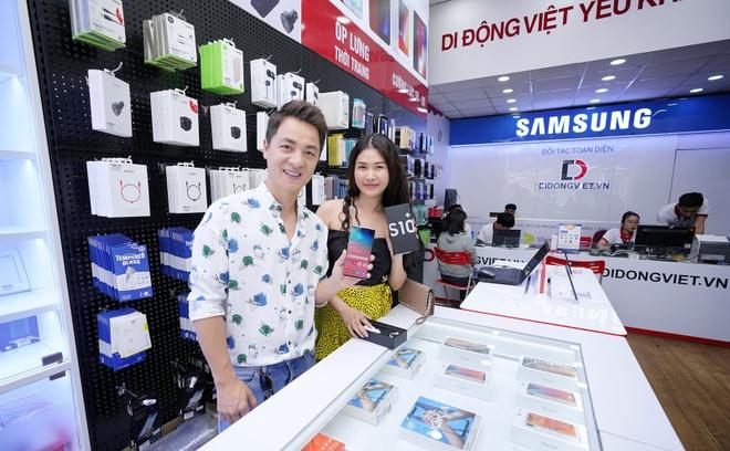 Ca si Dang Khoi dat mua Galaxy S10 Plus tang vo ngay 8/3 hinh anh 2
