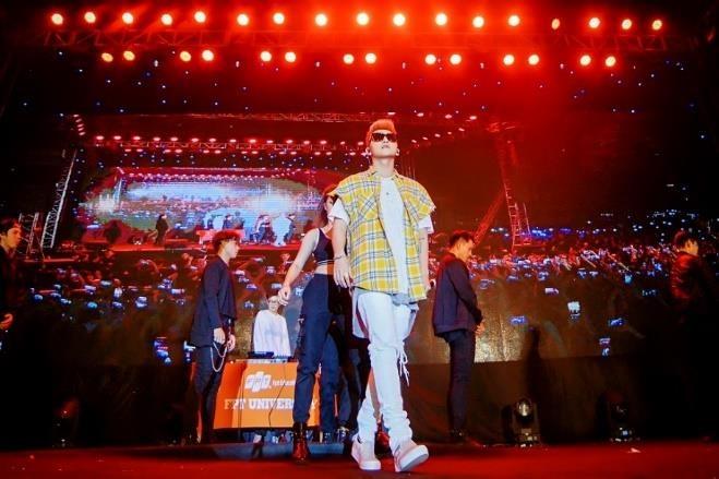 Son Tung M-TP, Lon Xon Band khuay dong san khau 'Super Big Open Day' hinh anh 1