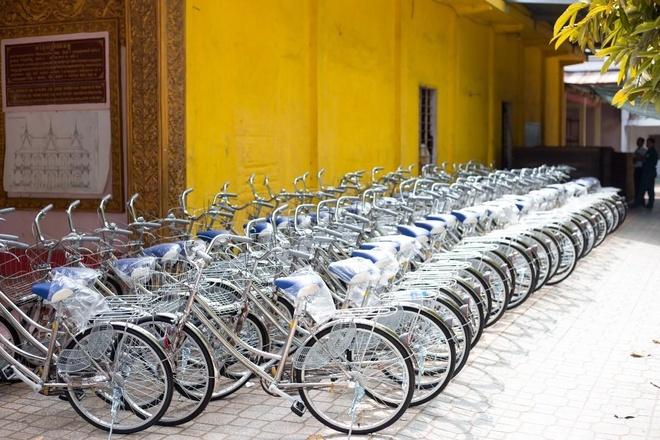 Hang Le YHL trao tang 100 xe dap hoc sinh ngheo o Soc Trang hinh anh 1