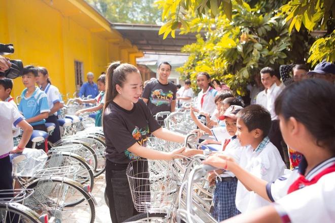 Hang Le YHL trao tang 100 xe dap hoc sinh ngheo o Soc Trang hinh anh 3