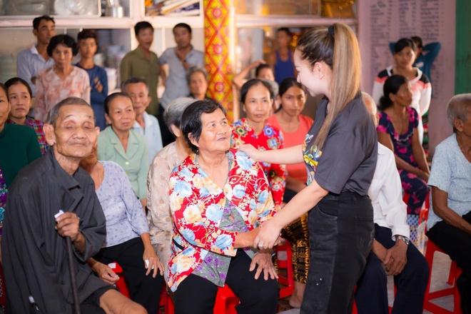 Hang Le YHL trao tang 100 xe dap hoc sinh ngheo o Soc Trang hinh anh 4