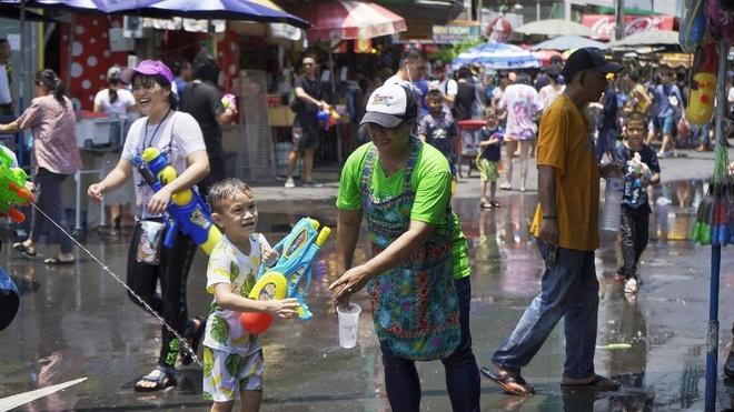 Nhung khoanh khac vui 'nghieng nga' cua du khach tai le hoi Songkran hinh anh 2