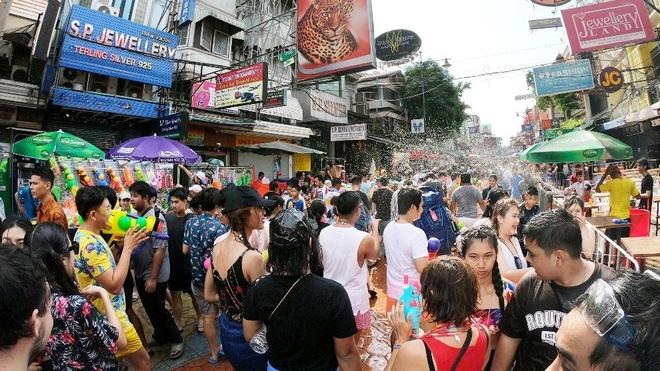 Nhung khoanh khac vui 'nghieng nga' cua du khach tai le hoi Songkran hinh anh 3