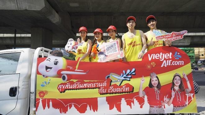 Nhung khoanh khac vui 'nghieng nga' cua du khach tai le hoi Songkran hinh anh 7