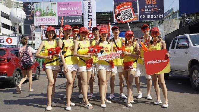 Nhung khoanh khac vui 'nghieng nga' cua du khach tai le hoi Songkran hinh anh 8