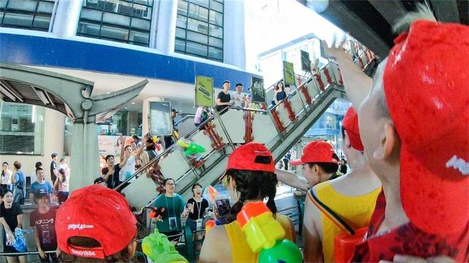 Nhung khoanh khac vui 'nghieng nga' cua du khach tai le hoi Songkran hinh anh 10