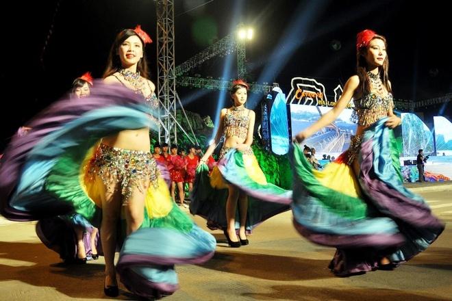 Dieu hanh Carnaval khuay dong Ha Long dip le 30/4-1/5 hinh anh 1