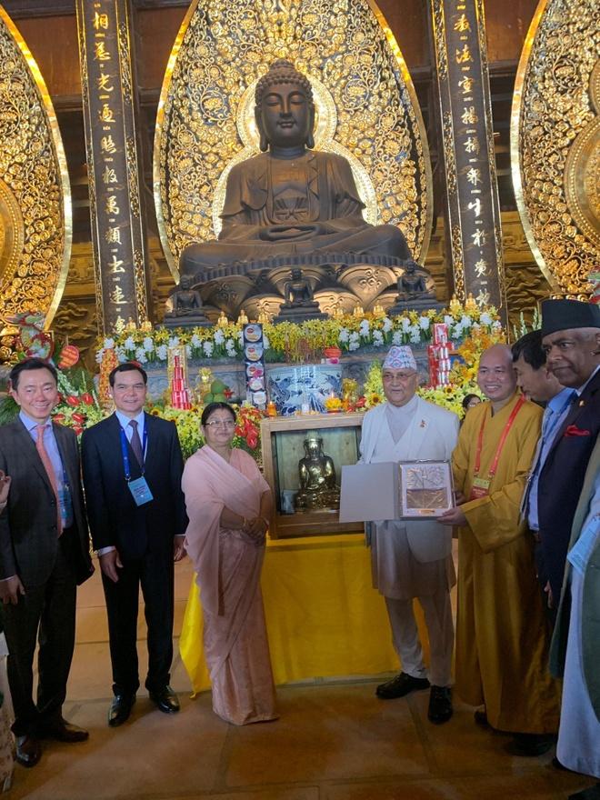 Chu tich thuong vien Bhutan xuc dong khi duoc tang tranh o Vesak 2019 hinh anh 1