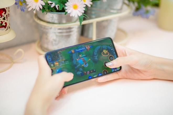 Galaxy A70 - smartphone man hinh lon, pin khung va nhieu hon the hinh anh 2