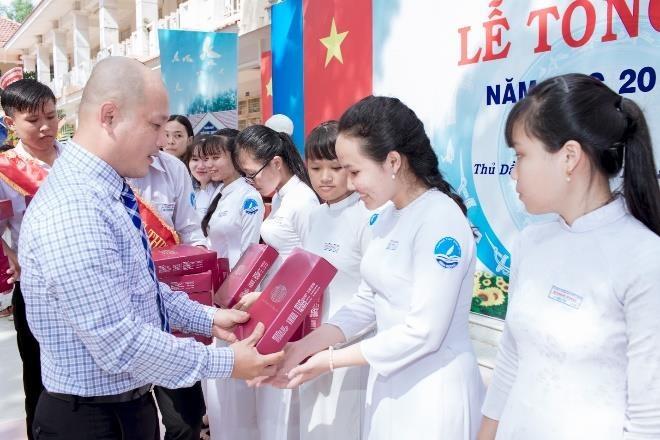Thai Tuan trao gan 2.000 phan qua va 40 hoc bong cho nu sinh kho khan hinh anh 2