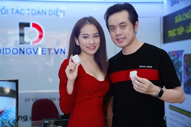 Vợ chồng nhạc sĩ Dương Khắc Linh sắm AirPods 2 tại Di Động Việt