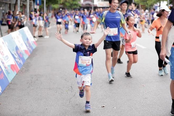 Hon 3.000 nguoi tham gia giai chay 'MB Family Fun Run' o ho Hoan Kiem hinh anh 3