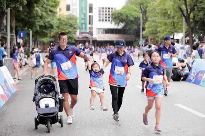 Hon 3.000 nguoi tham gia giai chay 'MB Family Fun Run' o ho Hoan Kiem hinh anh 4