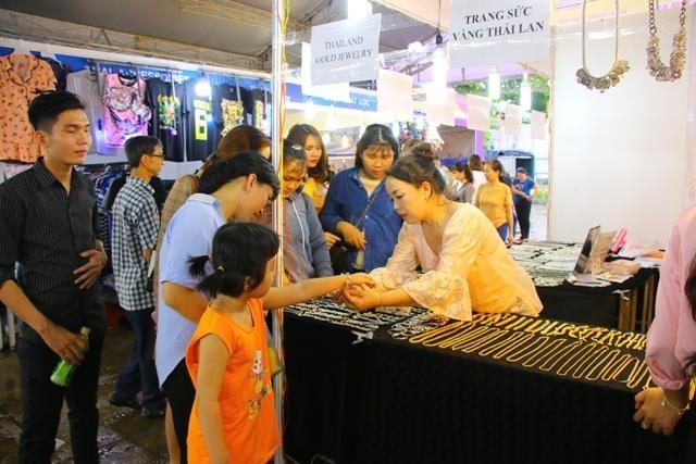 Hoi cho mua sam Viet Nam - Thai Lan tai Hau Giang quy tu 450 gian hang hinh anh 1
