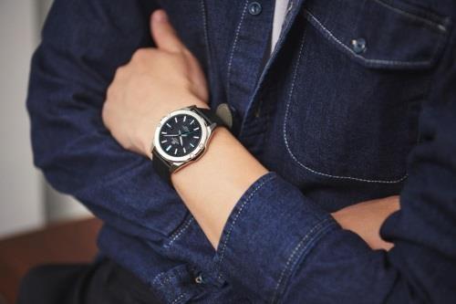 đồng hồ Edifice mặt kính sapphire