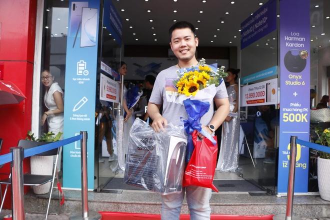 Hon 9.700 khach hang nhan Note10/10+ va qua tang gia tri tai FPT Shop hinh anh 1