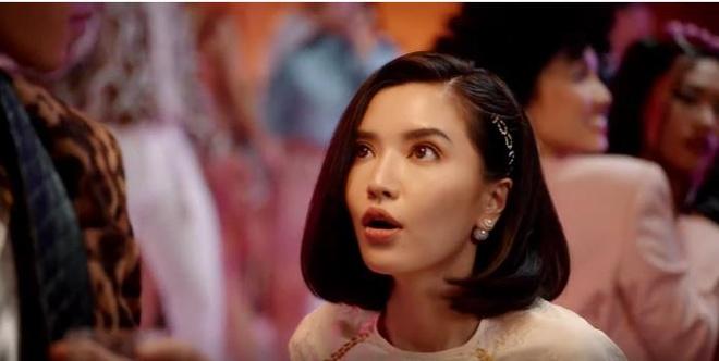 'Ba lao' Bich Phuong hoi xuan, 'du dua' trai dep trong MV moi ra lo hinh anh 2