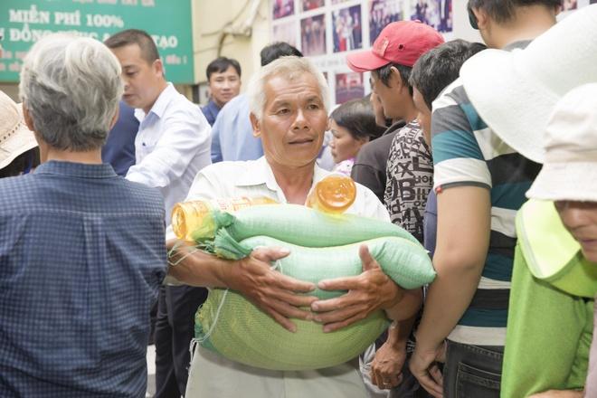 Tap doan Long Hoang tang 10 tan gao cho nguoi ngheo hinh anh 3