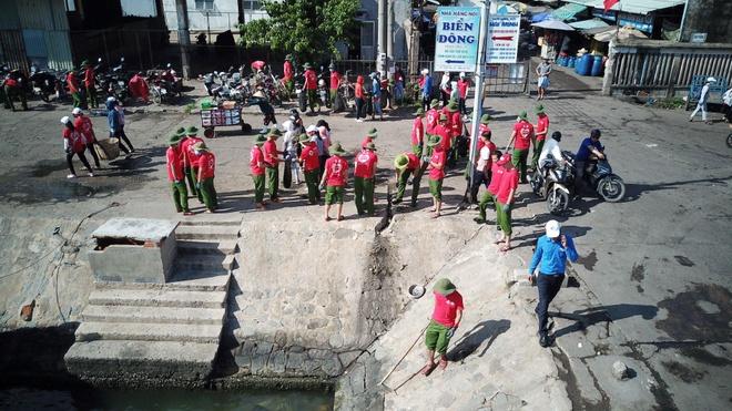 Hon 1.200 nguoi hao hung tham gia lam sach bien tai Quy Nhon hinh anh 4