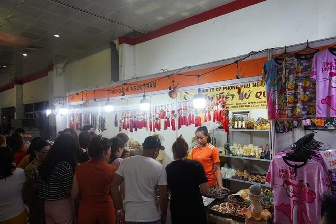 Hoi cho mua sam va am thuc hang Viet Nam - Thai Lan tai Sa Dec hinh anh 1