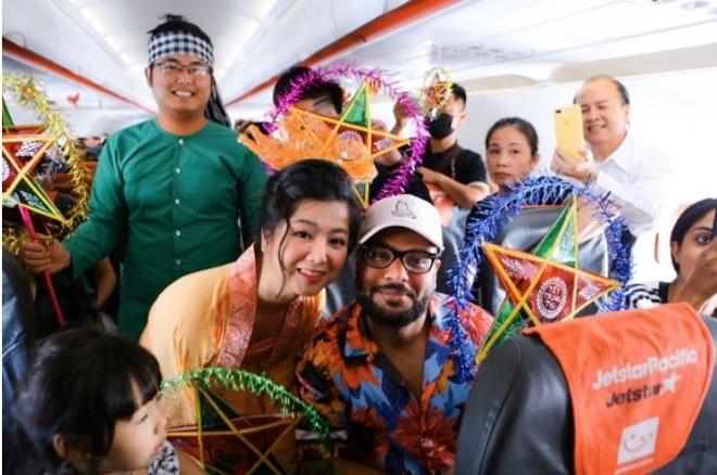 Ba Tan Vlog mang banh trung thu 'khong lo' len may bay hinh anh 2